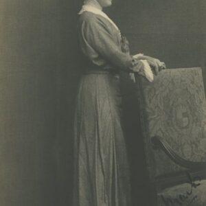 fotografia kobieta przy fotelu